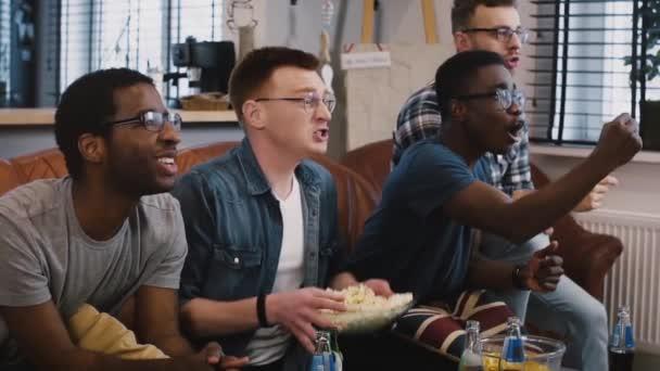 Emotion. Afrikanische amerikanische Freunde beobachten Sport Tv. Zeitlupe. Multi-ethnischen Fans teilen Siegesfeier auf couch.