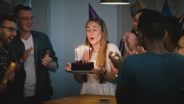 göra på födelsedag Attraktiva flicka blåser på Födelsedag tårta ljus. Att göra en  göra på födelsedag