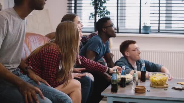 Multietnické mladých fanoušků slavit úspěch. Šílení fanoušci sledovat fotbal v Tv. vítězství a vítězství. Sportovní. Divoké emoce