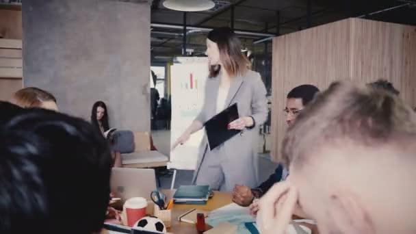 Žena Ceo popisující obchodní projekt týmu, vysvětluje údaje na flipchart. Mnohonárodnostní úřadu zaměstnanci Rada setkání 4k