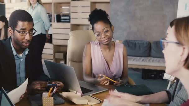 Riunione del team di etnia mista in ufficio alla moda. Felice sorridente millennials creativo brainstorm, sviluppo del business. 4k