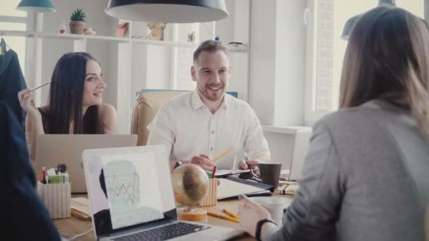 Happy obchodní partneři diskuse u stolu. Důvěru evropských mladých šéfové mluvit a diskutovat o smluvní podmínky 4k