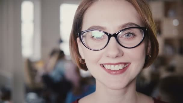 Detail veselá kavkazské ženy úsměv na kameru, obočí. Šťastná žena sekretářka pózuje 4k