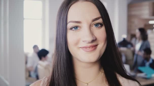 Detailní portrét ženy krásné evropských žen v podnikání s dlouhé rovné vlasy, modré oči v moderní kanceláři 4k