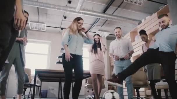 Boldog meg játszani a labdát a modern egészséges hivatal. Alkalmi munkavállalói élvezik fizikai aktivitás közben szünet lassú mozgás