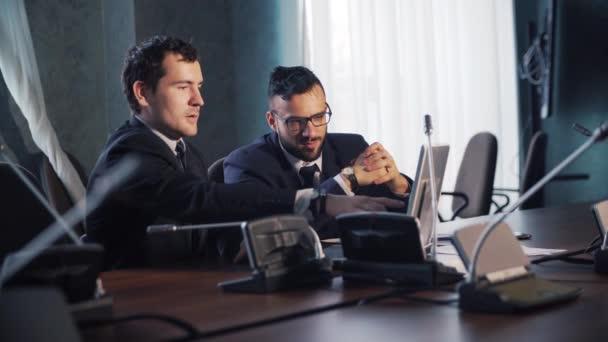 mladý podnikatel sedí v kanceláři a práci s notebookem