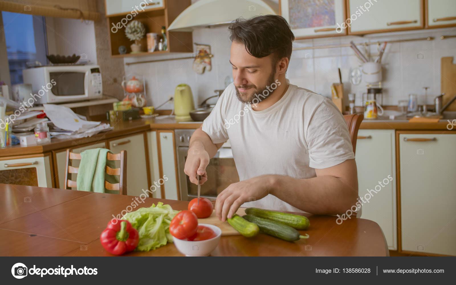 Gemüsekorb Küche | Ein Mann In Der Kuche Kocht Er Schneidet Gemuse Stockfoto