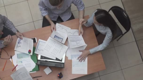 Podnikatelé, které pracují společně v úřadu. Koncepce týmové spolupráce a partnerství v pohledu shora úřadu