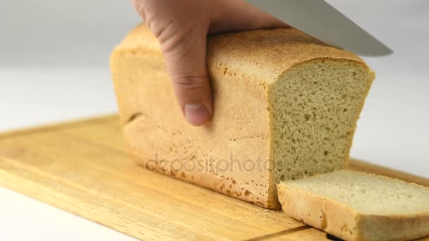 muž vyjme čerstvý křupavý chléb s nožem
