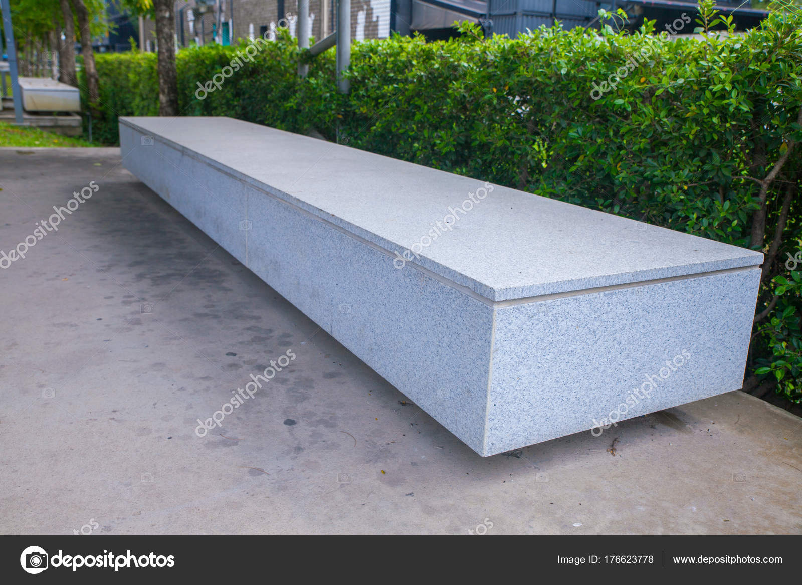 moderne beton bank im garten am teich — stockfoto © moxumbic #176623778