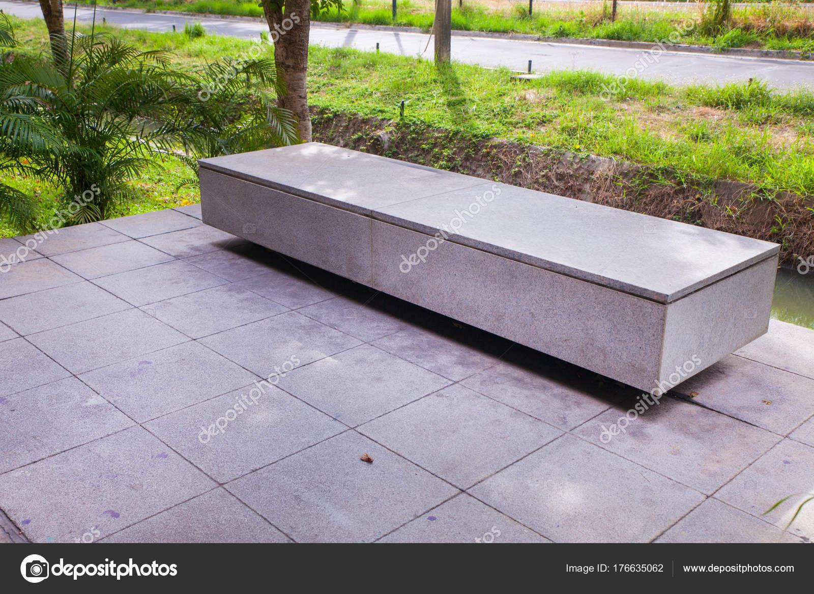 Banc moderne de béton dans le jardin près de l\'étang ...