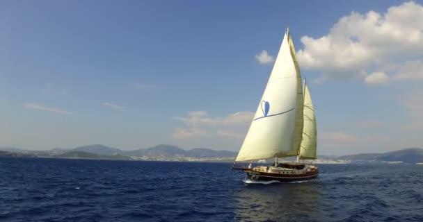 A nyílt tengeri vitorlás Yacht. Vitorlas hajo.