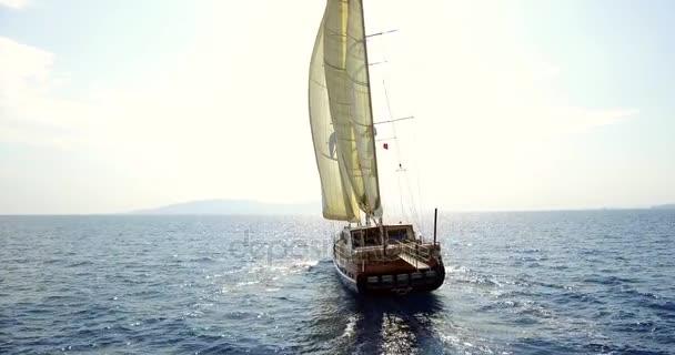Jachta plující na otevřeném moři. Plavba lodí.
