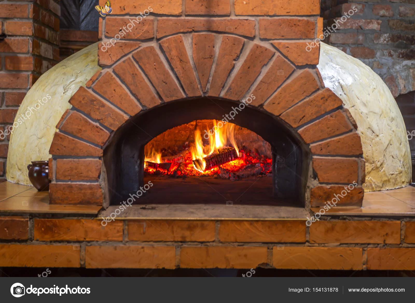 Il fuoco brucia nel forno a legna pizza foto stock a s - Forno per pizza casalingo ...
