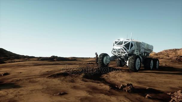 Astronaut und Rover auf fremdem Planeten. Marsianer auf dem Mars. Sci-fi-Konzept. Realistische 4k-Animation.