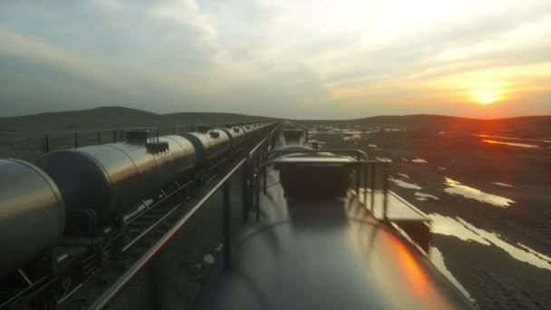 Güterzug-Öltanker. gegen Sonnenaufgang. realistische filmische 4k-Animation.