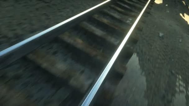 Kamera bewegt sich entlang der Bahnlinie. wunderbarer Sonnenuntergang. realistische filmische 4k-Animation.