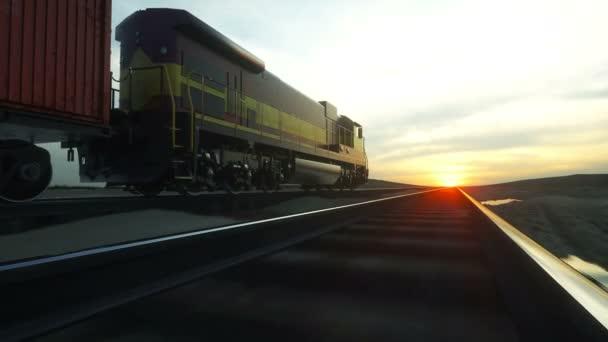 Nákladní vlak s nákladem kontejnerů. Před východem slunce. logistické koncepce. Realistické filmové 4k.