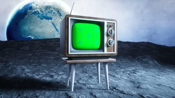 régi fa vintage Tv a Holdon. Föld háttér. Hely fogalmát. Sugárzott. Zöld képernyő nyomon követése felvétel.