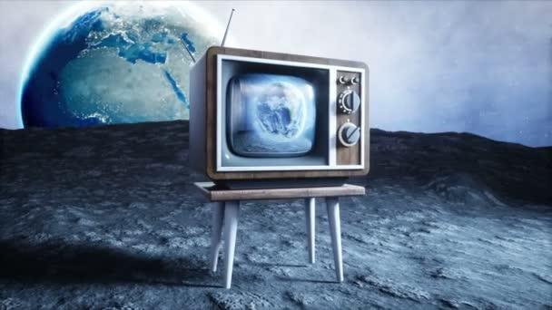 régi fa vintage Tv a Holdon. Föld háttér. Hely fogalmát. Adás.