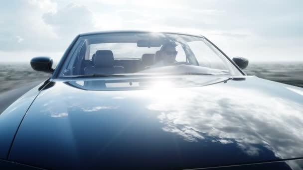 Fekete luxus autó úton, autópálya. Nyári. Nagyon gyors vezetés. Reális 4 k-animáció.