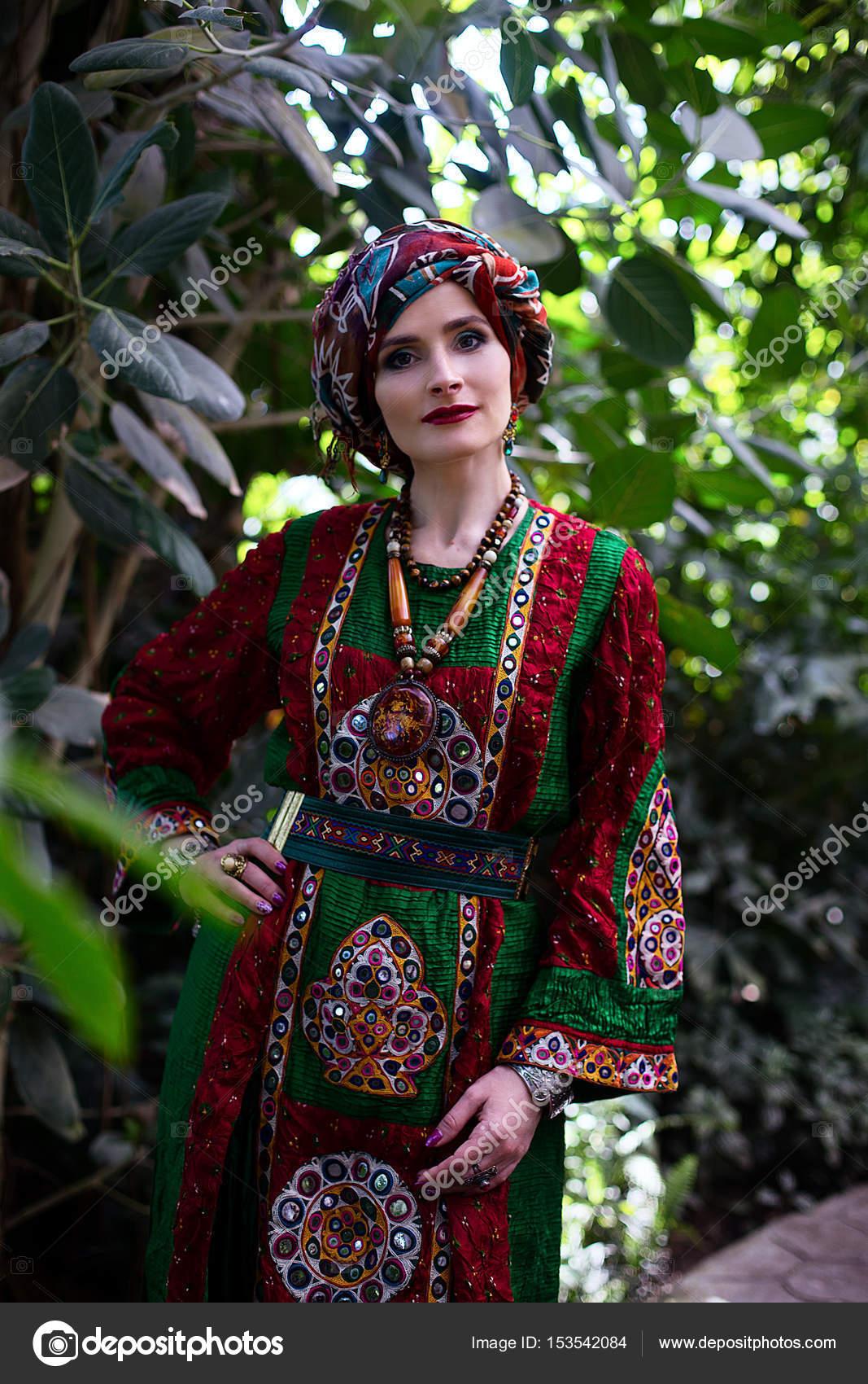 timeless design 8bca2 42e2e Ritratto di donna in vestiti etnici — Foto Stock ...