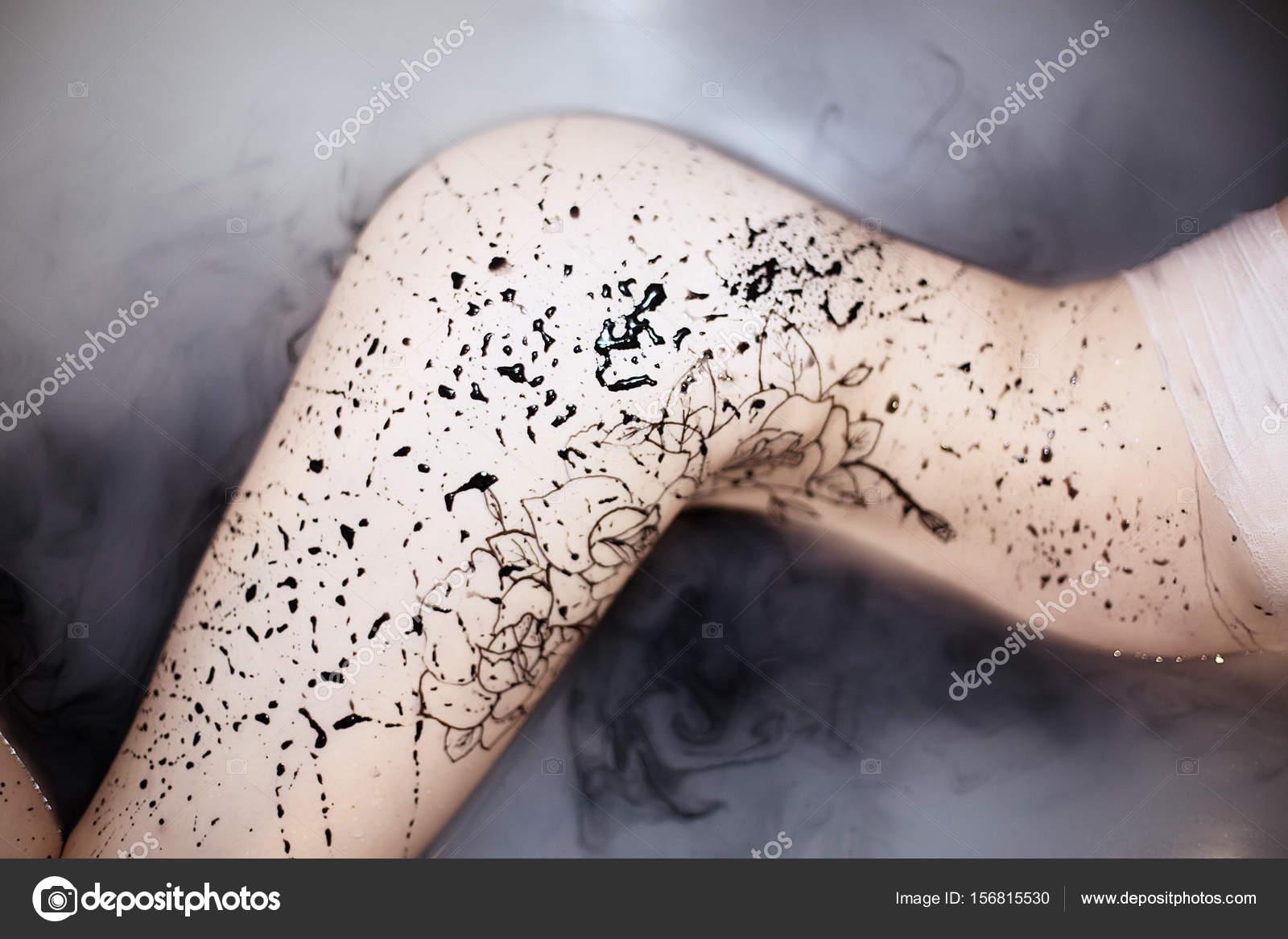 Porträt eines nackten Mädchens im Bad mit Wildwasser