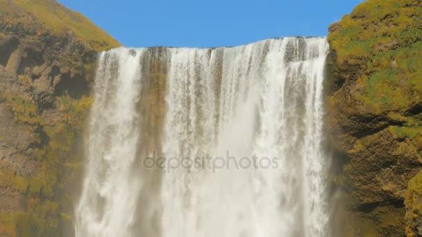 zblízka pohled silný tok slavný islandský vodopád Skogafoss v slunečný podzimní den