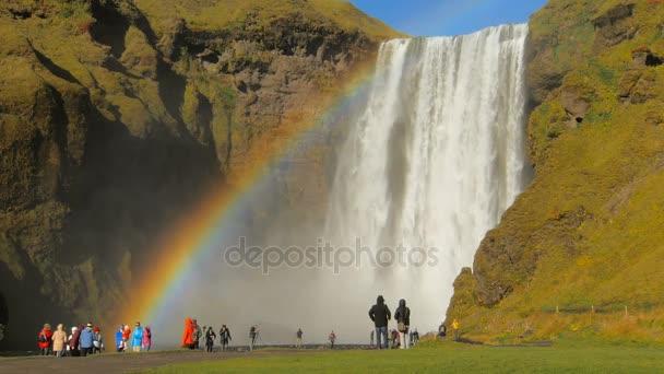 úžasné duha nejznámější islandský vodopád Skogafoss v slunečný podzimní den