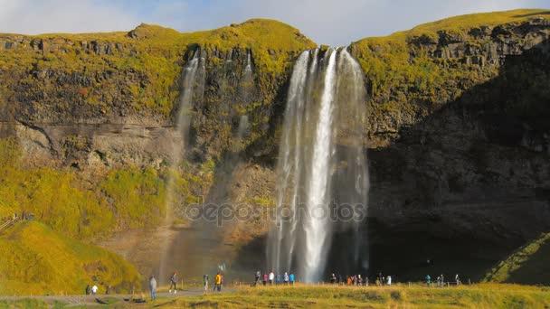 Seljalandsfoss je jedním z nejznámějších vodopádů na Islandu, zobrazit v slunečný podzimní den