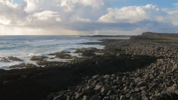 pobřeží Atlantského oceánu poblíž pobřeží Reykjanes poloostrov, Island, zamračená obloha