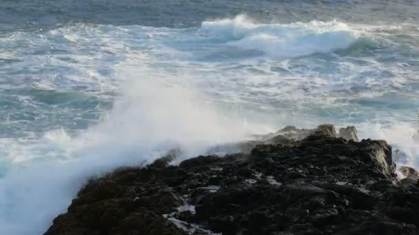 in der Nähe auf der Welle bricht der Felsenküste am südwestlichen Rand der Halbinsel Reykjanes, Island
