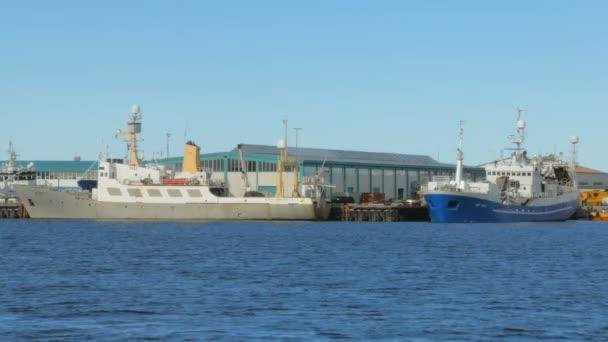 Reykjavík, Island - září 2016: zakotvené lodě poblíž přístav severní země v Atlantickém oceánu, Island, Skandinávie