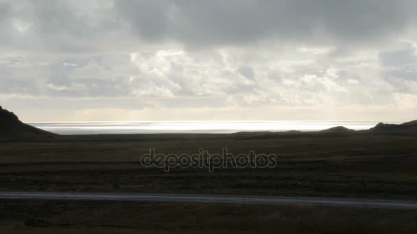 úžasné, islandský krajina, pobřeží oceánu, staré lávové oblasti Severní tráva, zamračená obloha