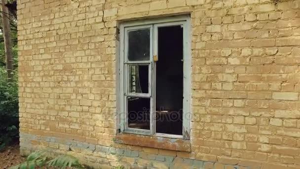 starý cihlový dům s rozbitým systému windows v doménové struktuře, kamera se pohybuje uvnitř a ukazuje temné místnosti