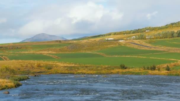 úžasná krajina islandského venkova v slunečného podzimního dne, hory, řeka