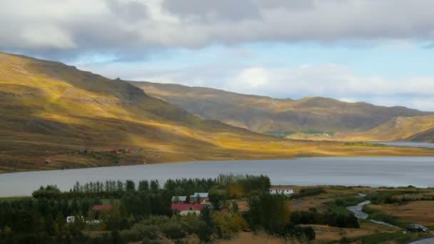timelapse mraky a stíny z nich dál horách sjezdovek v slunečného větrného podzimního dne