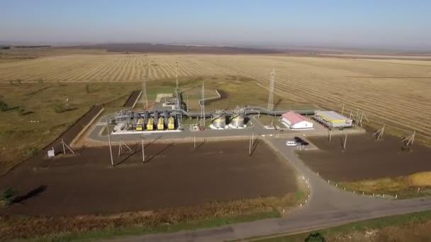Draufsicht von der Drohne auf das Gelände mit Ausrüstung zum Pumpen von Erdgas und Öl