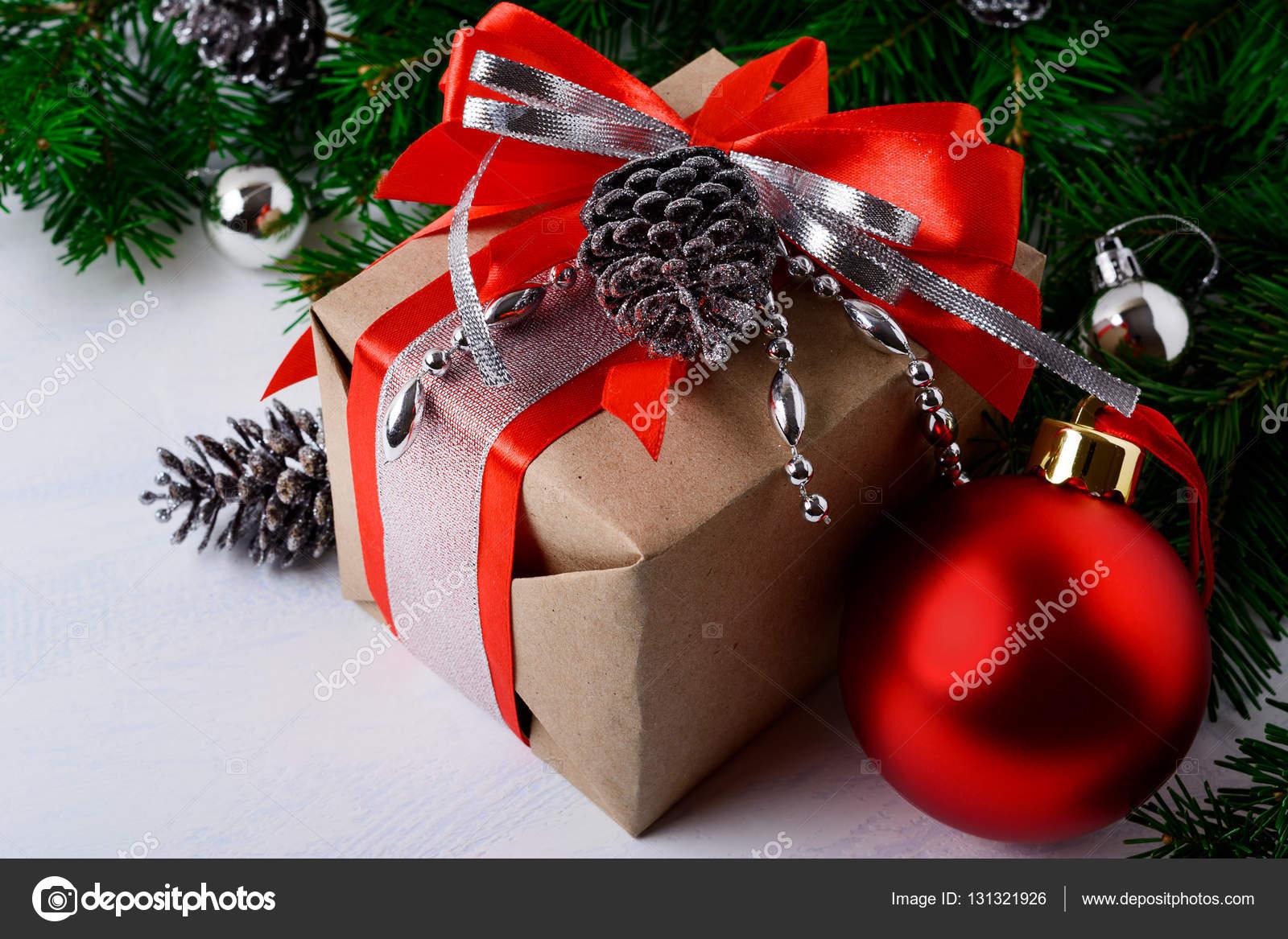 Geschenkkarton Weihnachten.Geschenkkarton Weihnachten Dekoriert Mit Rotem Band