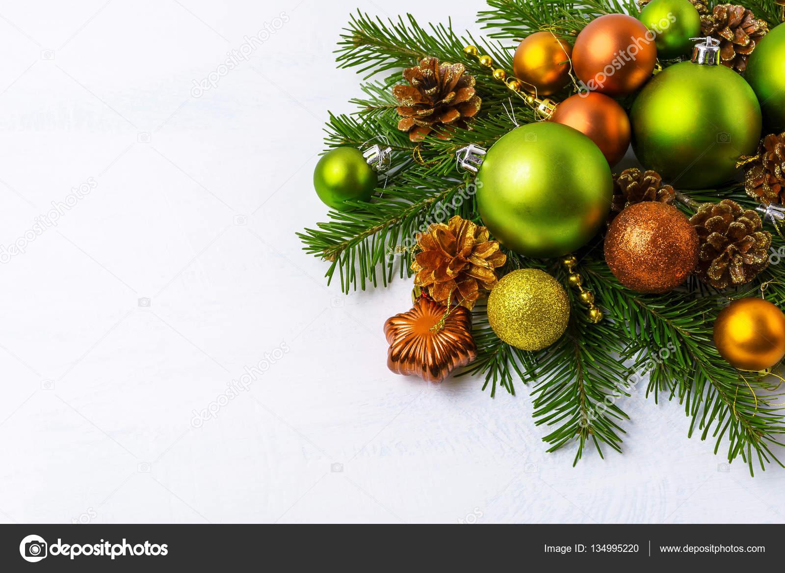 Adornos de Navidad verde ramas de abeto pias de oro y b Foto de