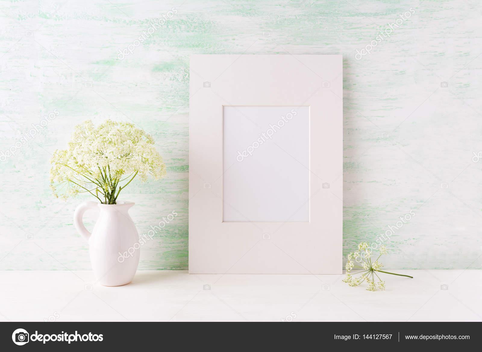 Maqueta de fácil marco blanco con flores tiernas en la jarra — Fotos ...