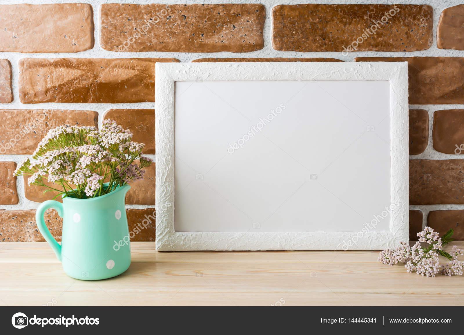 Paisaje blanco marco maqueta flores rosadas cremosas en la jarra de ...