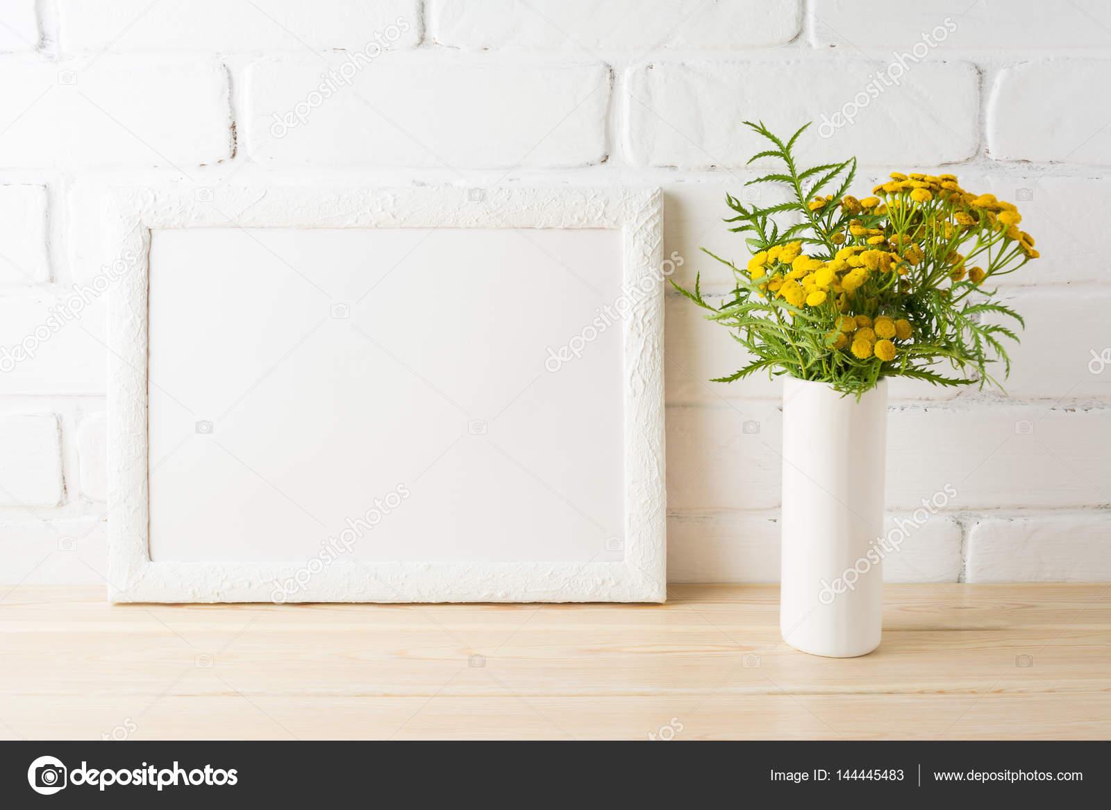 Maqueta de marco paisaje blanco con flores amarillas cerca br ...