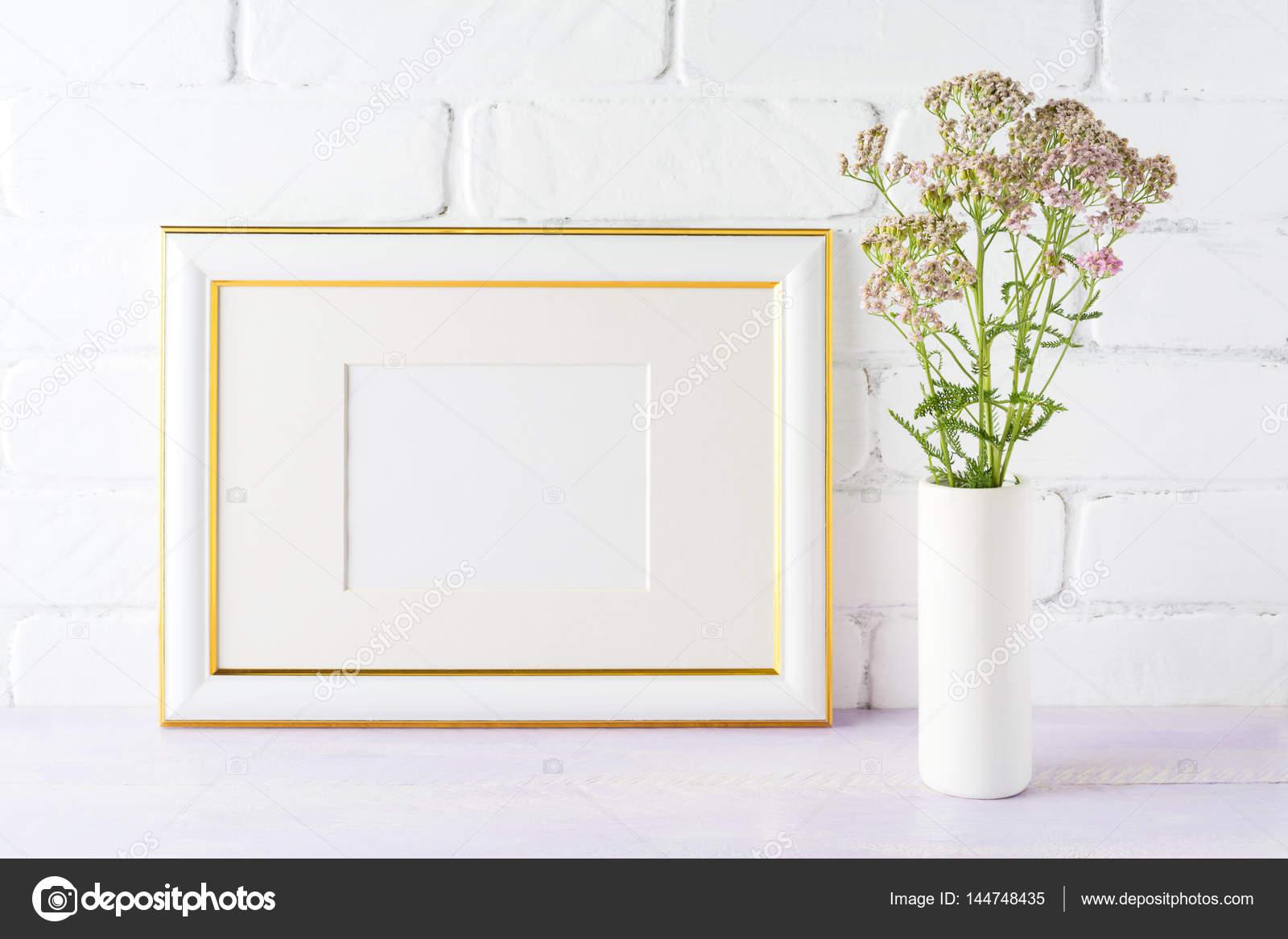 Maqueta de marco de oro paisaje decorado con flujo rosado cremoso ...