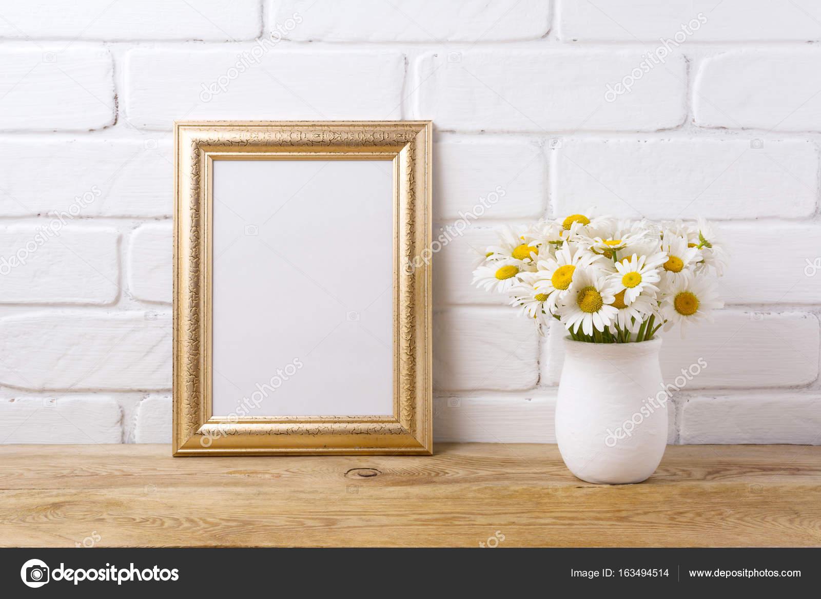 Goldrahmen Mockup mit Kamille Blumenstrauß in rustikale vase ...