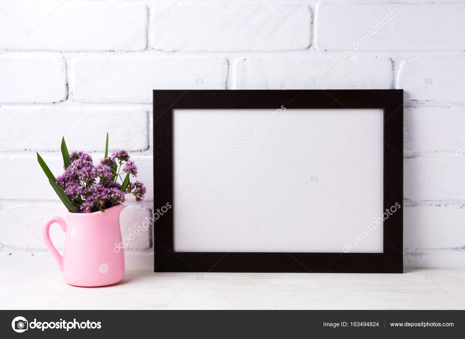 Maqueta de marco negro paisaje marrón con flores de color púrpura en ...