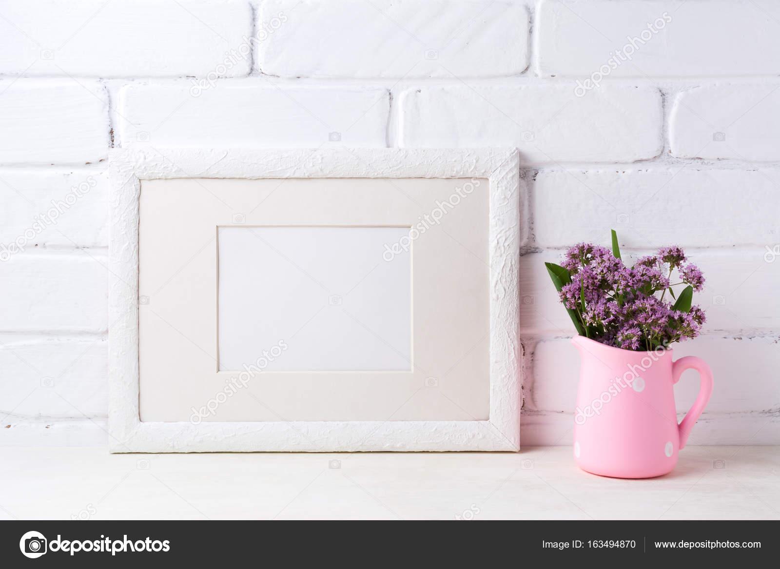 Maqueta de marco paisaje blanco con flores de color púrpura en ...