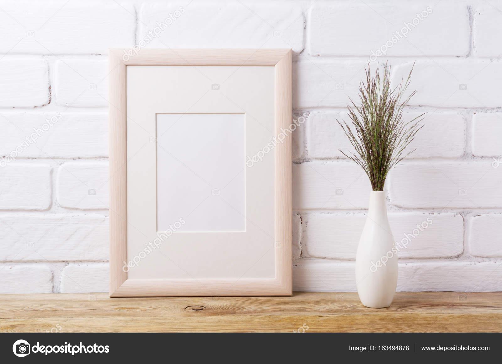 Maqueta de marco de madera con hierba oscura en florero elegante ...