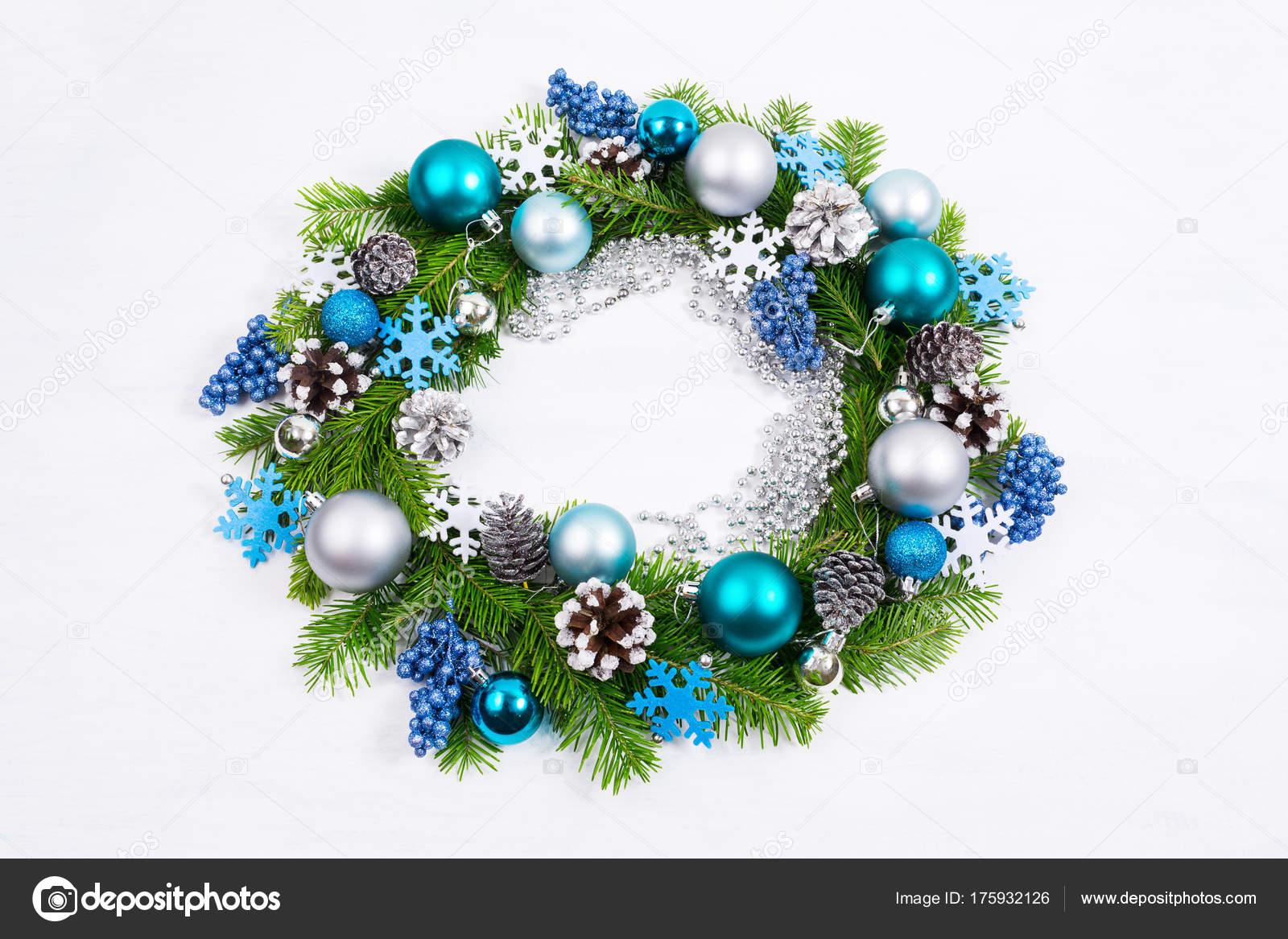 Kranz Aus Weihnachtskugeln.Weihnachten Silber Blau Turkis Kugeln Und Pinien Zapfen