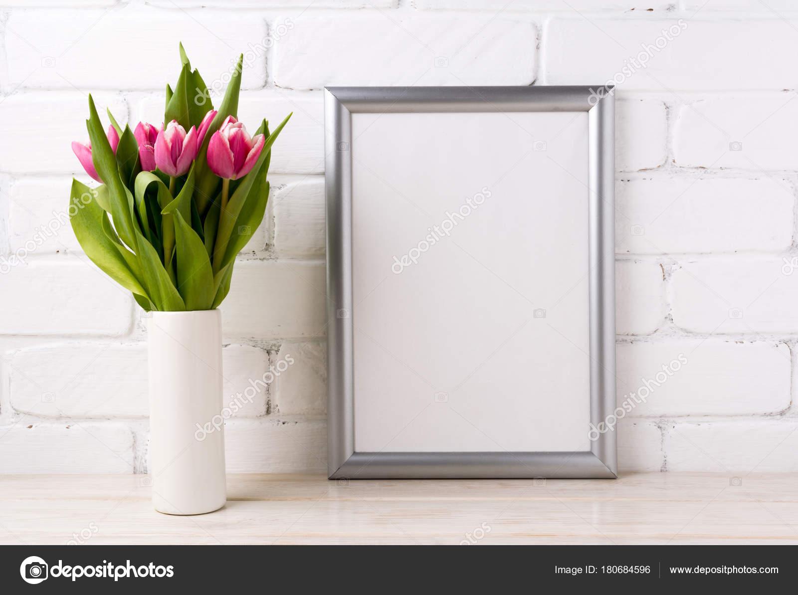 Maqueta de marco de plata con rosa Tulipanes en florero — Foto de ...